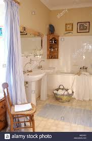 waschbecken mit weißem sockel stockfotos und bilder kaufen