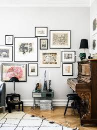 wohnzimmer mit wunderschönem antiken klavier