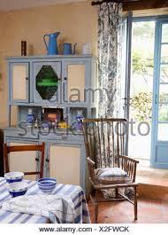 blaue weiß 50er jahre kommode im land küche esszimmer mit
