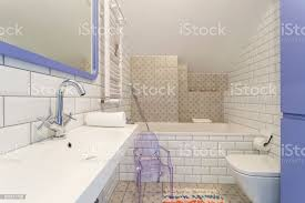weiß violett badezimmer mit kunststoffstuhl stockfoto und mehr bilder behaglich