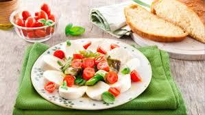 cuisiner les poivrons verts recette salade caprese aux poivrons verts friggitelli salade