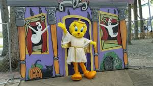 Halloween Attractions In Jackson Nj by Trick Or Treat Trail Looney Tunes Characters In Halloween Costumes
