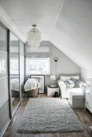 dachboden eingerichtet grauer teppich weißen sessel kühlen