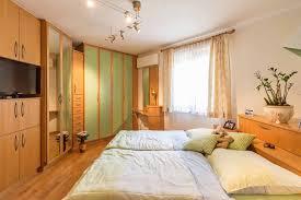 schlafzimmer mit stauraum und schrä wänden küche wohnen