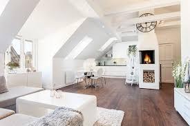 skandinavischer wohn und wohnraum mit schrägem dach