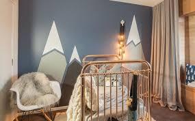 dessin chambre bébé decoration dessin montagne stylisé couleurs claires murs bleu