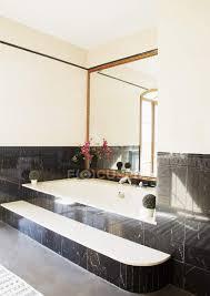 schwarzer marmor umgibt badewanne im luxus badezimmer