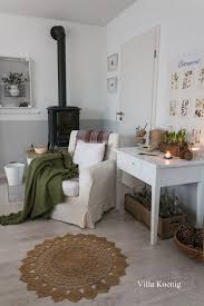 gemütliche sitzecke mit winterdeko und frischen blumen