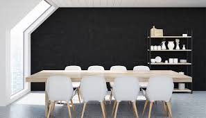 esszimmer idee moderner stil mit holztisch schwarzer wand