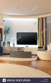 modernes wohnzimmer einrichtung mit großen fernseher an der