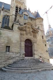 sitting on the steps of st etienne du mont photo de église