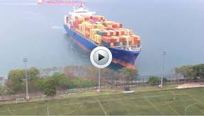 vidéo le porte conteneurs géant fonce sur le rivage www