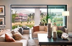 sofa vor fenster aufstellen wohnzimmer stilvoll