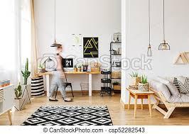 freiberufler mit kakteen schwarzer und weißer teppich im
