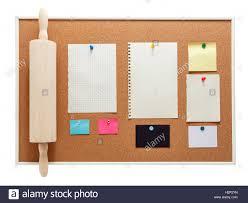 küche pinnwand mit notizpapier und backen nudelhölzer