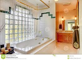 badezimmer mit glaswand und wanne stockbild bild haus