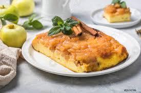 foto auf lager hüttenkäseauflauf mit äpfeln und zimt konzept eines gesunden frühstücks süße kost glutenfrei hausgemachte kuchen