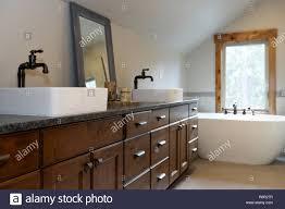 wunderbar gestaltete badezimmer in einem landhaus verfügt