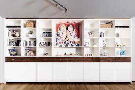 dekorativer wohnzimmerschrank mit viel stauraum der