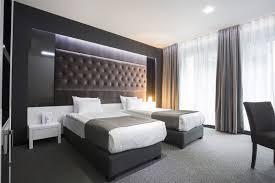 hotel chambre mobilier bois gris neutre moderne froid cocon lit hotel chambre
