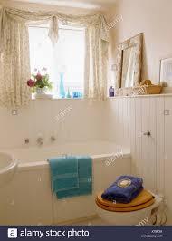 blass rosa badezimmer mit weißen zunge groove täfelung und