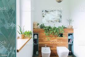 gemütlich und mediterrane stilvollen badezimmer in warmen farben und natürlichen holz hölzerne regale und weißem hintergrund stockfoto und mehr bilder