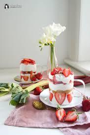 schnelles cremiges erdbeer rhabarber sahne quark dessert