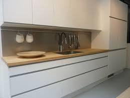 cuisine ikea blanche et bois cuisine ikea arsta blanche et bois sans poignées idées pour la