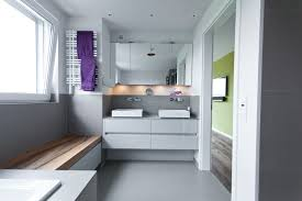 badezimmermöbel weiß hochglanz und echtholz sitzbank gäste