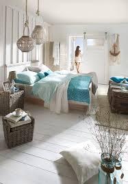schlafzimmer und bett im strandhaus stil mit maritimen
