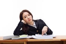 ennui au bureau étudiant asiatique ayant l ennui sur le bureau image stock