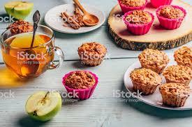 haferflocken muffins mit apfel und eine tasse grüner stockfoto und mehr bilder abnehmen