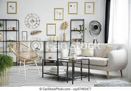 ein goldenes wohnzimmer goldstuhl neben dem schwarzen tisch