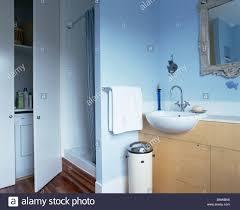 dusche schrank neben hohen schrank in blau badezimmer mit