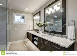 geräumiges badezimmer im grau tont wizth lange eitelkeit
