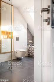 weiße badezimmer innenraum mit toilette und schrank über grauen boden echtes foto stockfoto und mehr bilder badewanne