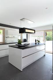 moderne kücheninsel mit schwarzen fliesen moderne küche