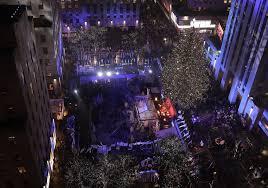 Rockefeller Christmas Tree Lighting 2018 by Thousands Brave The Rain To Watch Rockefeller Christmas Tree