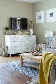 weißes sideboard und fernseher in bild kaufen 12980927