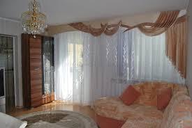 klassischer wohnzimmer vorhang mit großer schabracke im