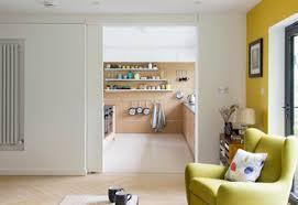75 wohnzimmer mit gelber wandfarbe und wand tv ideen