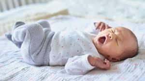 sicherer babyschlaf richtig helfen