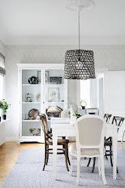 tisch und vitrine im eleganten esszimmer bild kaufen