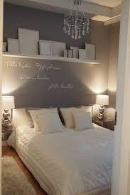 wandgestaltung schlafzimmer graue wand weißer schriftzug