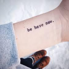 Pequeño Tatuaje Que Dice U201cBe Here Nowu201d Frase En Inglés Que