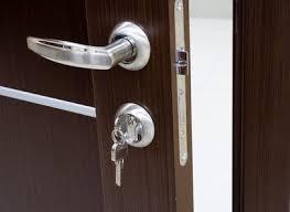 etapes pour installer une poignée de porte astuces bricolage
