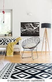 skandinavisches wohnzimmer mit teppich schwarzes poster und