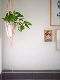kunst und pflanzen im bad badezimmer makramee