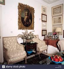 großen portrait oben beige gepolsterten stühlen im stadthaus
