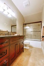 schönes bad mit holz luxus gehäuse und fliesen